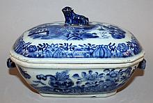 AN 18TH CENTURY CHINESE QIANLONG PERIOD BLUE & WHITE PORCELAIN TUREEN & COVER