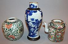 A CHINESE BLUE & WHITE CRACKLEGLAZE PORCELAIN VASE