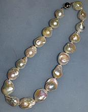 A LARGE BAROQUE PEARL NECKLACE.
