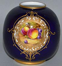 A SMALL ROYAL WORCESTER VASE, Pattern No. 2491, ri