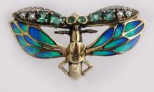 A 9CT YELLOW GOLD EMERALD, DIAMOND AND PLIQUE ENAMEL ART DECO DESIGN BUTTERFLY RING.
