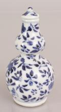 A 19TH CENTURY CHINESE BLUE & WHITE DOUBLE GOURD PORCELAIN SNUFF BOTTLE & S