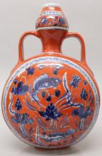 A CHINESE MING STYLE CORAL GROUND BLUE & WHITE PORCELAIN MOON FLASK, decora