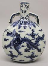A CHINESE MING STYLE BLUE & WHITE PORCELAIN DRAGON FLASK, the base with a s