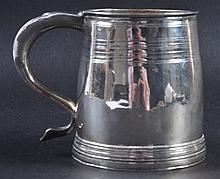 A WILLIAM III PINT TANKARD. London 1700. Maker: V.
