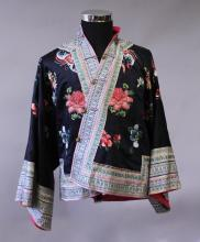 A GOOD EARLY 20TH CENTURY CHINESE BLACK GROUND EMBROIDERED SILK ROBE