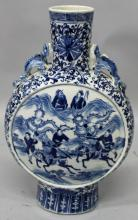A GOOD LARGE 19TH CENTURY CHINESE BLUE & WHITE PORCELAIN MOON FLASK