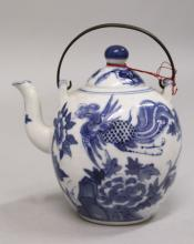 A 19TH CENTURY CHINESE BLUE & WHITE PORCELAIN EWER