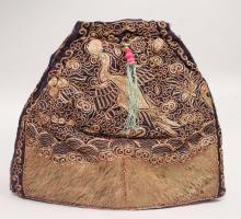 AN EARLY 20TH CENTURY CHINESE EMBROIDERED SILK TEA COSY