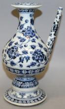 A CHINESE MING STYLE BLUE & WHITE PORCELAIN EWER