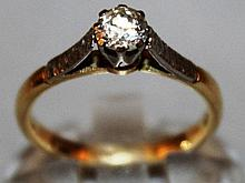 AN 18CT GOLD SET SINGLE STONE RING.