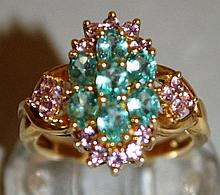 A GREEN AND PINK STONE CLUSTER RING set in 9ct gol