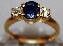 A GOOD 18CT YELLOW GOLD, SAPPHIRE AND DIAMOND THRE
