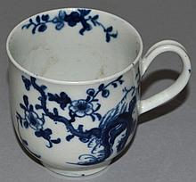 AN 18TH CENTURY WORCESTER COFFEE CUP, painted in b