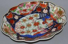 AN 18TH CENTURY WORCESTER SHAPED DISH painted in i