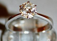 A SINGLE STONE DIAMOND RING, approx. 1ct, set in 1