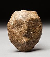 Masque cultuel présentant un visage intériorisé aux traits épurés à l'extrême. Pierre dure polie.