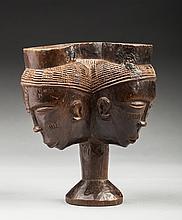 Coupe cérémonielle composée de trois têtes formant un réceptacle communiquant. Bois, ancienne patine d'usage brune et miel.