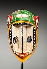 Masque de danse présentant un visage de proportions angulaires, bois polychrome.