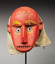 Masque de danse présentant un visage à l'expression simiesque. Bois polychrome, tissus.