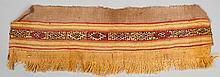 Elément de poncho ou de cape à décor de frises horizontales. Fils multicolores tissés avec régularité et finesse.