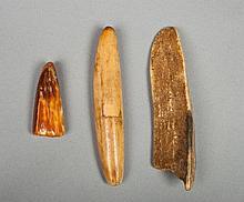 Ensemble de trois outils en Ivoire patiné par le temps et l'usage.