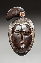 Masque de danse présentant un visage à l'expression interior