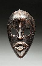Masque masque de course, de type Gunyéya . Il présente un vi