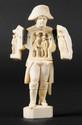 « L'EMPEREUR NAPOLEON IER » Etonnante statuette en ivoire sculpté, s'ouvrant à charnière au niveau du plastron et laissant découvrir « la rencontre de l'Empereur et d'un personnage », sculpté en demi ronde bosse. Ht : 8,6 cm. Chaque volet est sculpté