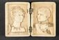 « L'EMPEREUR NAPOLEON IER  ET L'IMPERATRICE JOSEPHINE ». Médaillon rectangulaire, monté sur charnière, en bois de cerf sculpté. ouvert : 7,5 x 10 cm. XIXè.siècle.