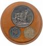 Boite en bois clair renfermant une médaille de mariage en argent (Ø 28mm) pour l'union de F. Tardy et R. E. Godet  le 29 avril 1833 accompagnée de deux quarts de franc en argent frappés en 1830 à Lille et à l'effigie de Charles X. Superbes