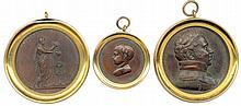 Lot de trois médailles en bronze du XiXe siècle cerclées de laiton : Henri IV et les augustes membres de la famille royale victimes de la Révolution 1820 Baptême du duc de Bordeaux 1821 Charles Ferdinand duc de Berry à la mémoire des Bourbons 1820.