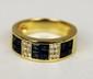 BAGUE en or jaune sertie d'une mosaique de saphirs calibrés dans un entourage de diamants. Poids brut : 5,8 g TDD : 52