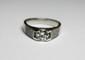 BAGUE solitaire en or gris sertie d'un diamant de taille brillant pesant nviron 0,80 carat, la monture réhaussée d'un pavage de diamants de taille brillant. Poids brut: 5,9 g TDD: 53,5
