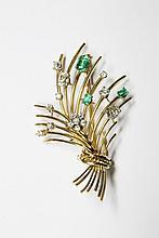 BROCHE or jaune stylisant une gerbe de fleur, la monture en or jaune lisse ponctuée d'émeraudes et de diamants de taile brillant. Poids brut : 17,6 g Hauteur : 6,5 cm Largeur : 3,5 cm