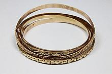 LOT DE 5 BRACELETS JONC en or jaune ciselé. Poids brut: 78,2 g Diam : 7 cm et 6,2 cm