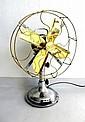Ventilateur simple, armature et pied en aluminium, quatre pales et protège-pale en laiton poli. Hauteur : 49 cm. En état de fonctionnement sur le 220 volts.