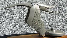 HISPANO SUIZA : Mascotte « Cigogne » signée F BAZIN. Grand modèle. La cigogne adoptée par Hispano Suiza est celle de la SPAD 3, escadrille de Georges Guynemer qui, avec les SPAD 103, 26 et 73 formait le groupe de chasse des Cigognes. Réf 888 du livre