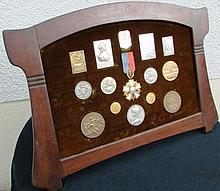 Lot de médailles dans son cadre comprenant : -Médaille en Bronze Dorée de L'ACT, signée PILLET -Médaille République Française Signée S.E VERNIER. -Médaille représentant une scène de course, signée L. PATRIARCHE -Médaille « Concours international de