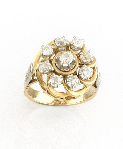 BAGUE en or jaune et or gris ornée de neuf diamants de taille ancienne stylisant une fleur, la monture réhausée et épaulée de six diamants de taille rose. Poids brut : 8,1  TDD : 53 - 54 A DIAMOND , WHITE AND YELLOW GOLD RING