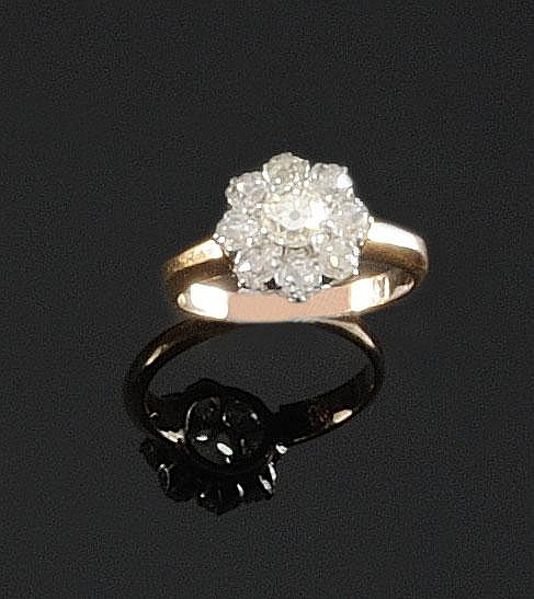 BAGUE en or jaune et or gris ornée d'un diamant rond dans un entourage de diamants de taille brillant. Poids brut : 3,5 g TDD : 53 A DIAMOND , WHITE AND YELLOW GOLD RING