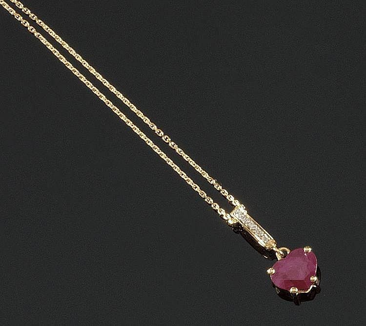 PENDENTIF et sa chaine en or jaune, orné d'un rubis de 2,85 carats taillé en caeur, la bélière pavée de diamants de taille brillant. Poids brut : 5,1 g A RUBY, DIAMOND AND YELLOW GOLD NECKLACE
