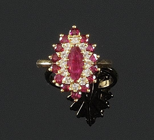 BAGUE en or jaune de forme navette, ornée d'un rubis d'environ 1,50 carats de taille navette dans un double entourage de rubis et de diamants de taille brillant. Poids brut : 4,8 g TDD : 51 - 52 A RUBY, DIAMOND AND YELLOW GOLD RING