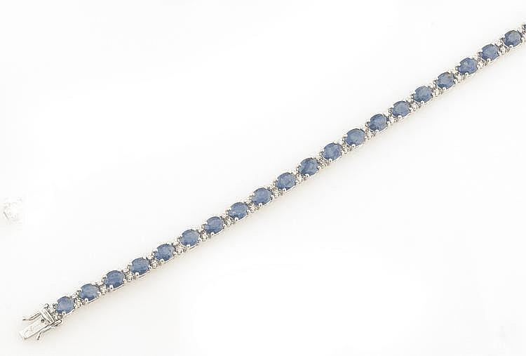 BRACELET en or gris orné de saphirs environ 11,80 carats de taille ovale et de diamants de taille brillant. Poids brut : 10,9 g A SAPPHIRE, DIAMOND AND WHITE GOLD BRACELET