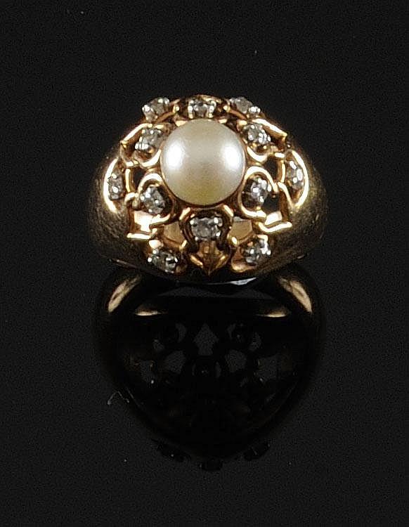 BAGUE dôme en or jaune ornée d'une perle dans un entourage de diamants de taille ancienne. Poids brut : 15,5 g TDD : 60 A DIAMOND, PEARL AND YELLOW GOLD RING
