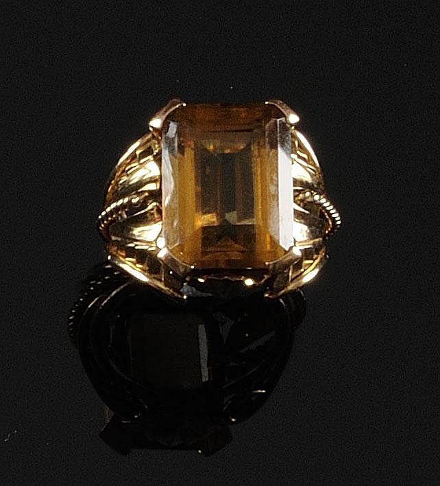BAGUE en or jaune topaze de taille émeraude la monture finement ciselée. Poids brut : 8,9 g TDD : 54 - 55 A TOPAZ AND YELLOW GOLD RING