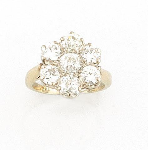 BAGUE en or gris ornée de sept diamants de taille ancienne stylisant une fleur. Poids brut : 5,6 g TDD : 47 - 48 A DIAMOND ANDWHITE GOLD RING