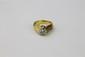 SOLITAIRE en or jaune, la monture ciselé et ornée d'un diamant de taille moderne d'environ 1 carat.  Poids brut : 14,3 g TDD : 54  A diamond and yellow gold solitaire ring