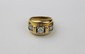 BAGUE en or jaune ornée d'une succession de trois diamants de taille brillant, esprit tank. Poids brut : 8,1 g