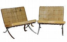 Mies VAN DER ROHE (1886-1969) Paire de chauffeuses modèle «Barcelona», sangles de cuir tendues sur une structure en acier chromé avec coussins capitonnés amovibles en cuir marron (cuir usagé) 74 x 74 x 74 cm